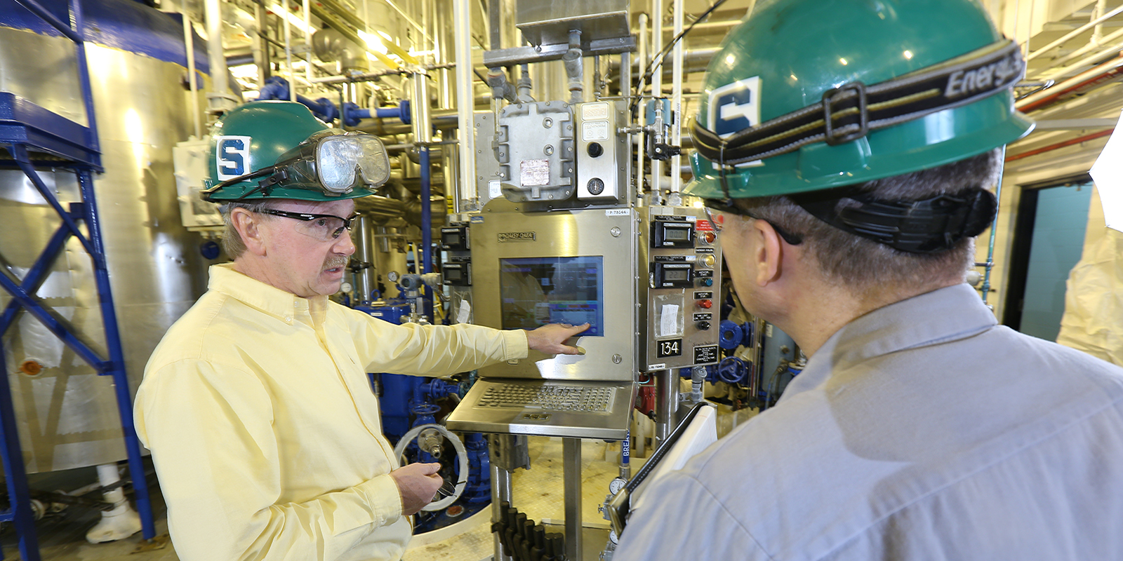 Two researchers in Holland Scale Up Plant